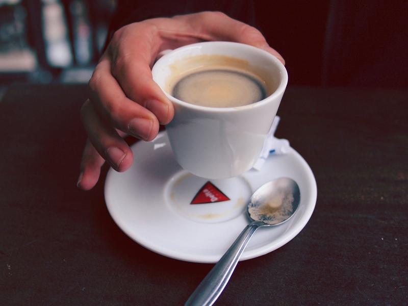Нужно ли мыть чашку кофе каждый день?