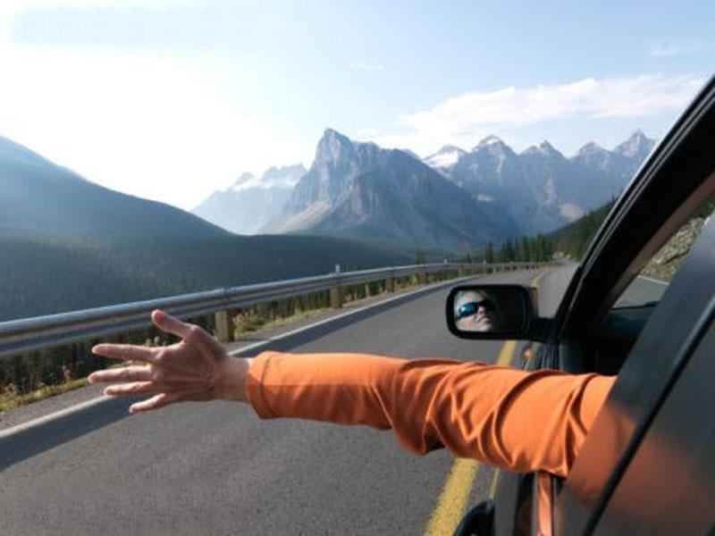 Рука из окна при езде на автомобиле