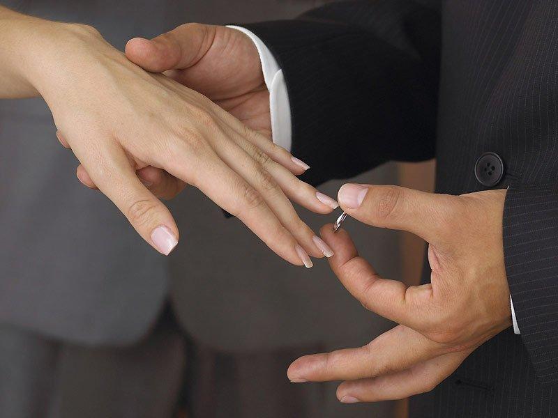 Почему одних в жены не берут, а другие по три раза замужем были?